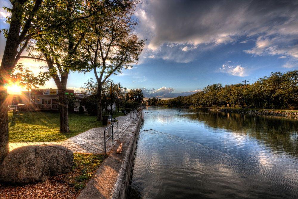 Канал Эри. Канал, связывающий систему Великих озер с Атлантическим океаном через реку Гудзон, был построен в 1817-1825 годах, после неоднократно реконструировался. В середине XIX века играл важнейшую роль в освоении внутренних районов США. Так, снижение времени в пути привело к росту торговли между штатами Среднего Запада и штатом Нью-Йорк, что, в том числе, привело к падению цен на продукты питания в Нью-Йорке, в результате чего за 10 лет население города выросло вдвое.