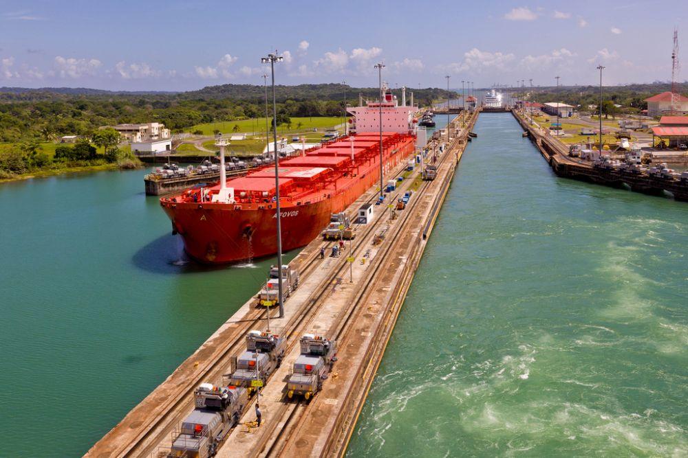 Панамский канал. Строительство Панамского канала стало одним из крупнейших и сложнейших строительных проектов за всю историю. Он оказал неоценимое влияние на развитие судоходства и экономики в целом в Западном полушарии и во всем мире: с его открытием больше не нужно было огибать Южную Америку, и морской путь из Нью-Йорка в Сан-Франциско сократился на 13 тысяч километров.