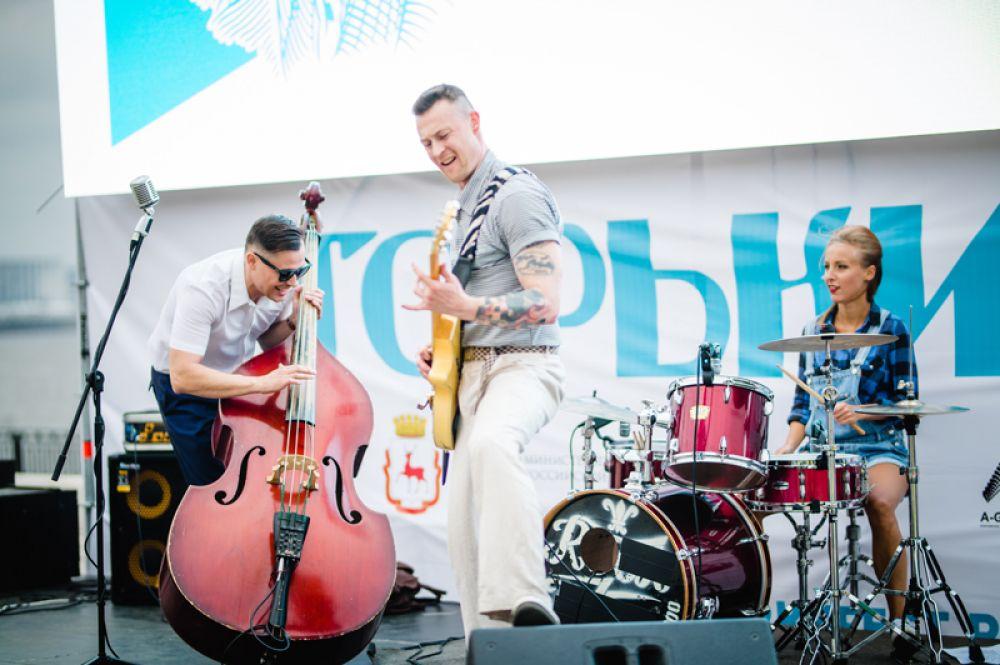 Музыкальная программа во время фестиваля.