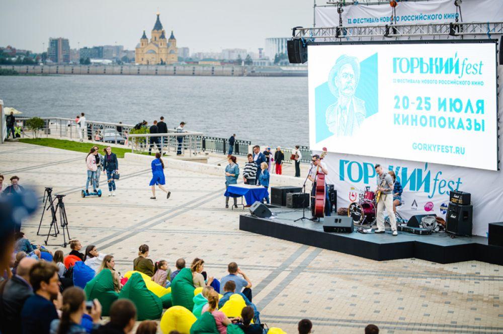 Во время фестиваля демонстрируют как короткометражные, так и полнометражные фильмы российских режиссеров. Зрители могут увидеть как игровое, так и документальное кино.