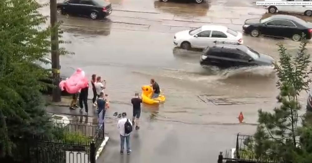 Юмор из соцсетей быстро переместился и на дороги города. На затопленных улицах встречались и такие шутники.