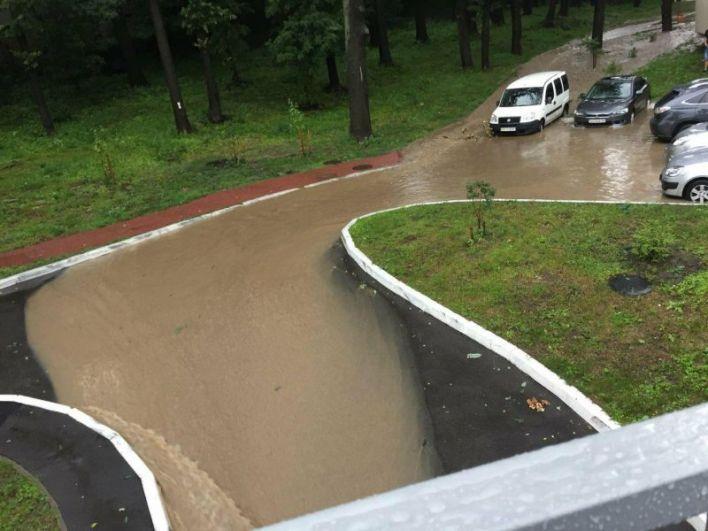 Дождь в Киеве начался около трех часов дня и буквально за полчаса многие улицы города, особенно в низине центра превратились в реки.