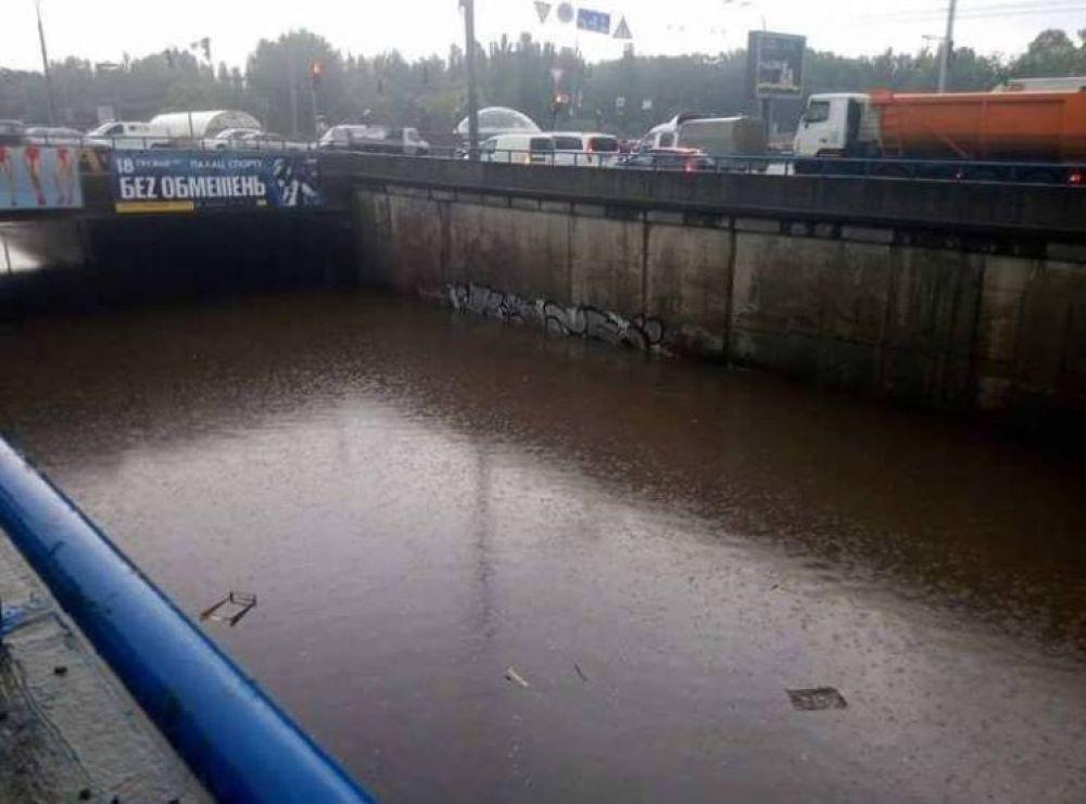 Один из переходов по направлению на Шулявку залило до основания. Сейчас на бедствие уже отреагировали городские власти - они направили специальные помпы для откачки воды.
