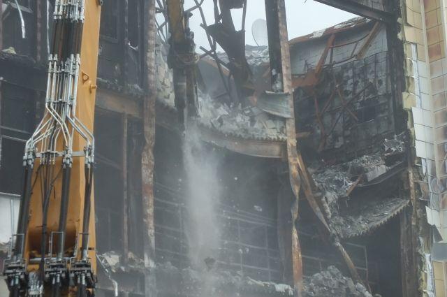 Продолжается снос здания сгоревшего торгового центра.