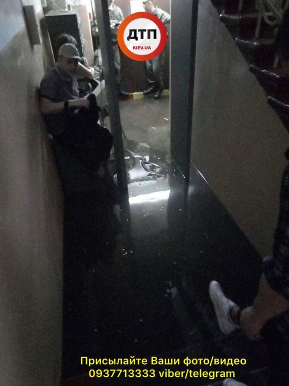 Потоп принес стихийное бедствие и в здание Соломенского суда - на первом этаже его затопило почти по колено