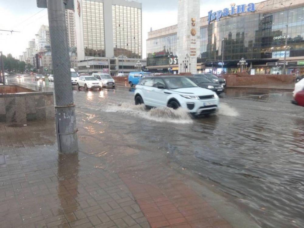 """Площадь Победы в районе универмага """"Украина"""" уже днем превратилась в реку."""
