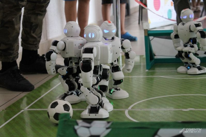 На площадке две команды по два робота