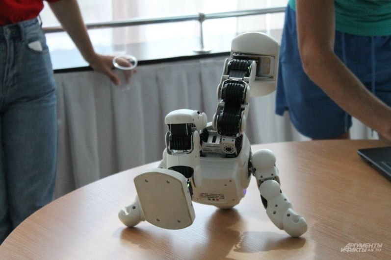 Робот танцует современный танец