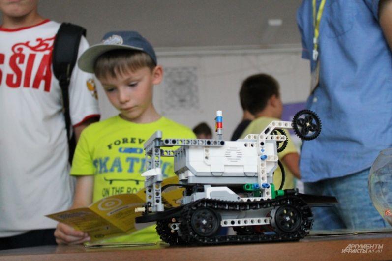 Дети знакомятся с роботами