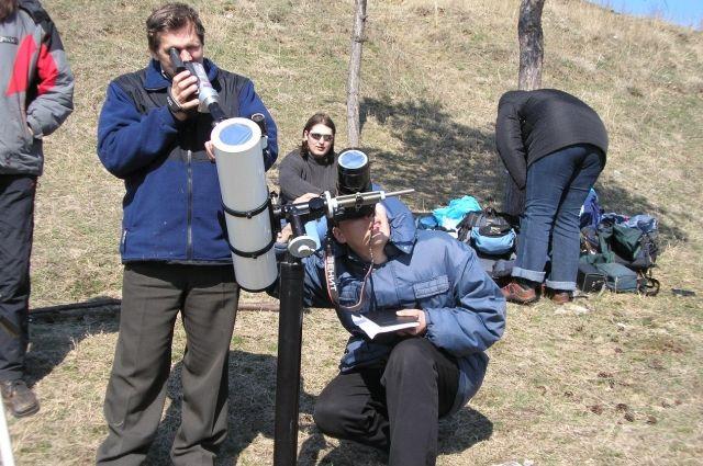В экспедиции всегда есть время для наблюдения за звёздами.