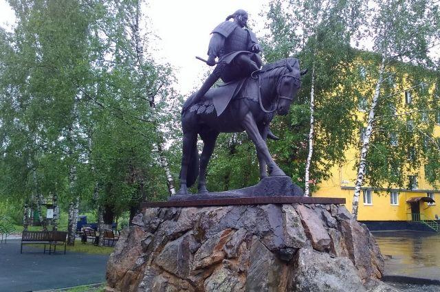 Высота скульптурной композиции составляет 3,1 м.