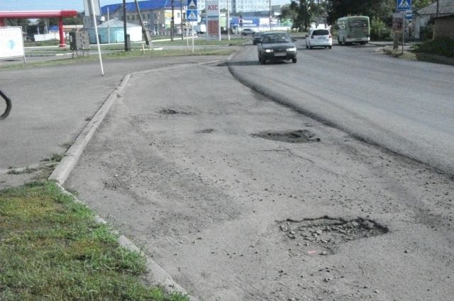 Жители Павлокорчагинского микрорайона города жалуются на ямы в остановочных карманах.