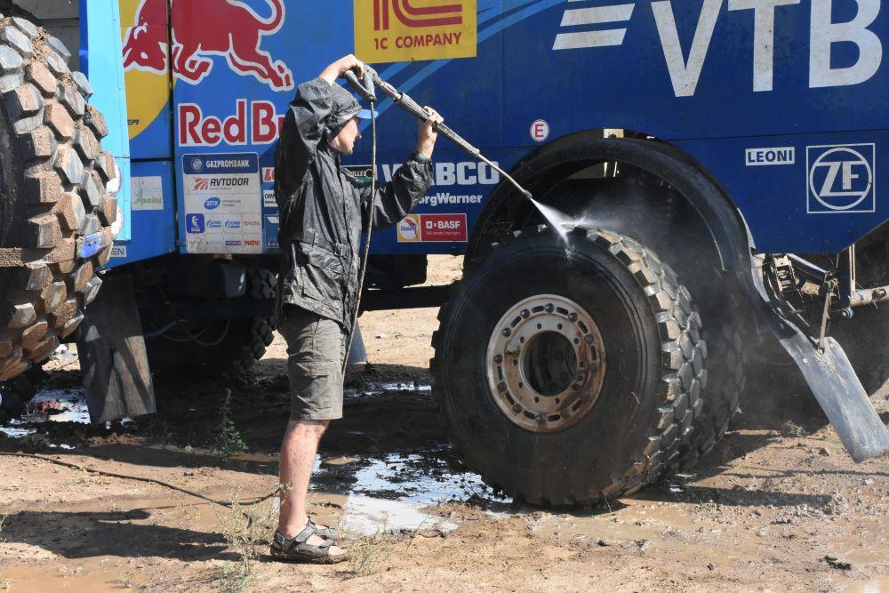 «Техничики» моют как и гоночные авто.