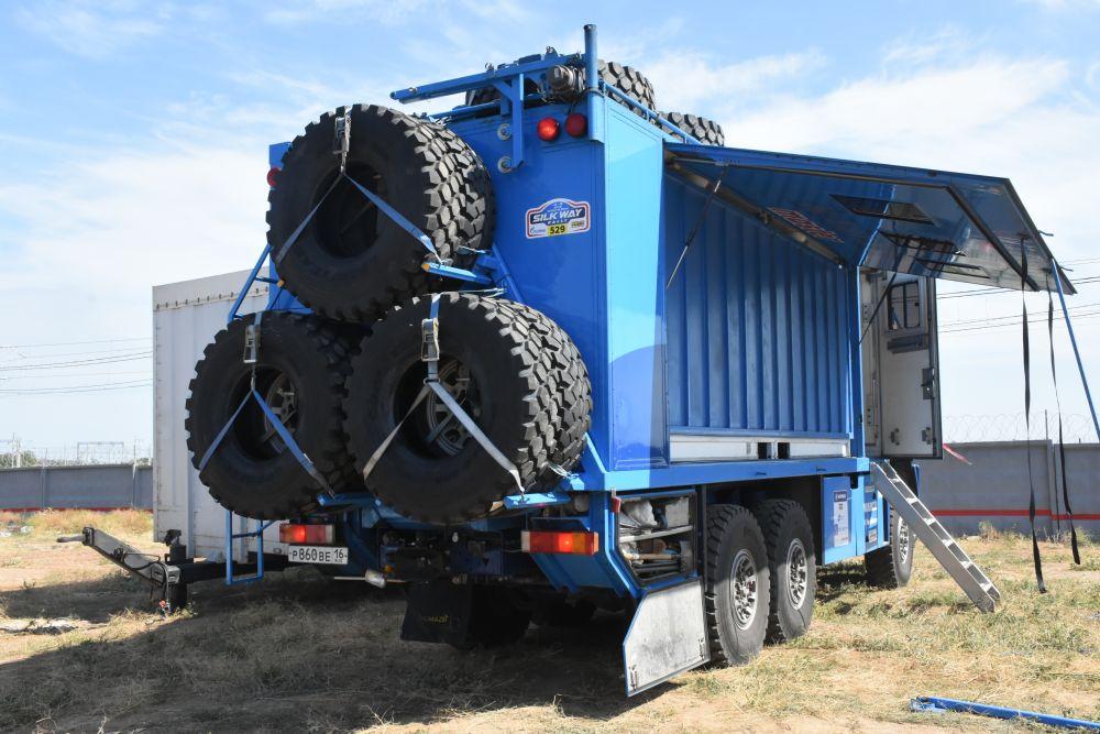 Везут технички на себе и колеса. Кстати, вес каждого из них - 150 килограмм.