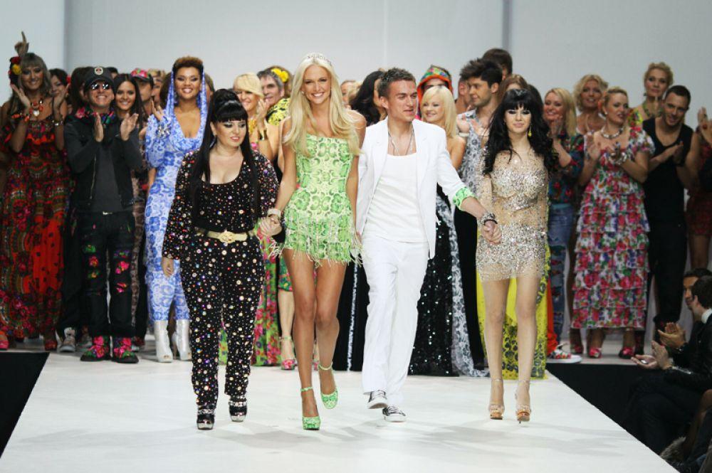Телеведущая Виктория Лопырева и певец Влад Топалов на показе коллекции в Гостином дворе в рамках Volvo-Недели моды в Москве. 2011 год.