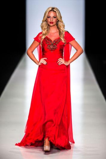 Телеведущая Виктория Лопырева демонстрирует одежду из коллекции дизайнера Юлии Далакян в рамках недели моды Mercedes-Benz Fashion Week Russia. 2013 год.