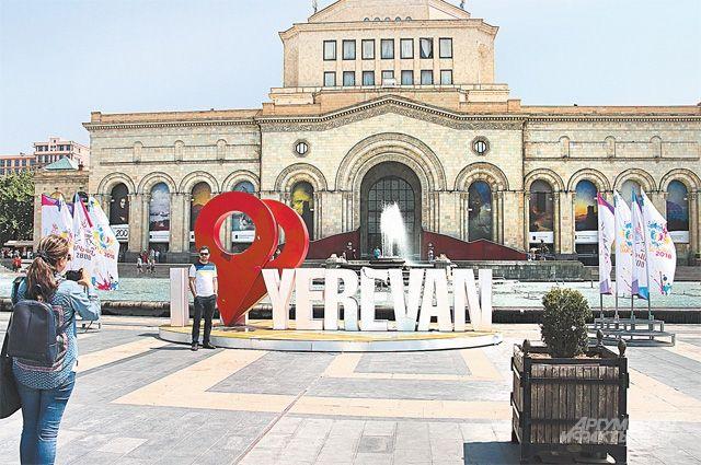 Сегодня на центральной площади Еревана ничего не напоминает о тех страстях, что кипели тут весной.