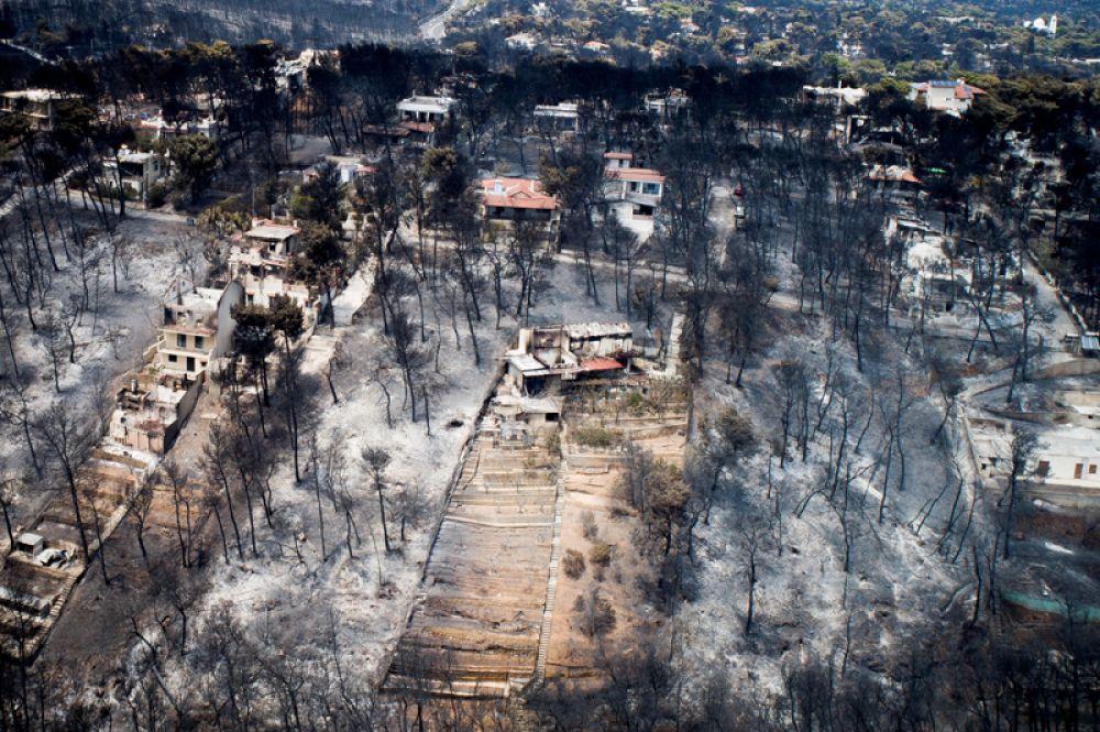 Вид с беспилотника на пострадавший от пожаров район в Греции.