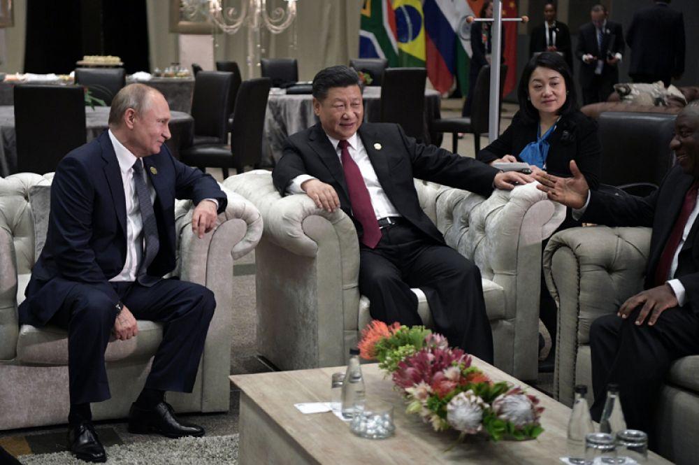 Президент РФ Владимир Путин, председатель КНР Си Цзиньпин и президент Южно-Африканской Республики Сирил Рамафоза (слева направо) во время беседы в рамках Десятого саммита БРИКС.