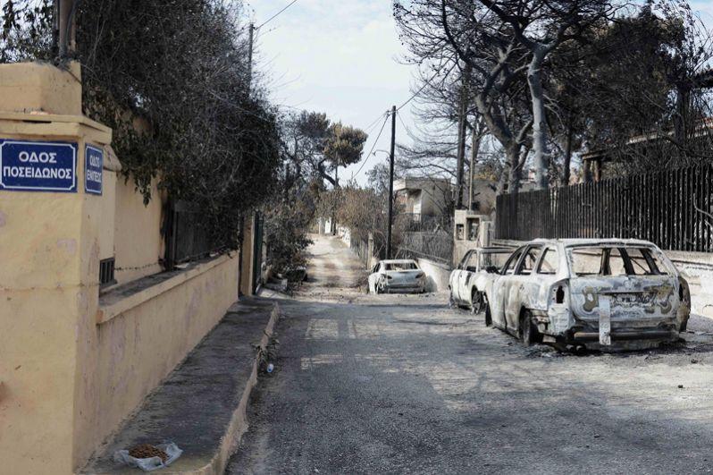 Автомобили на улице после пожара.