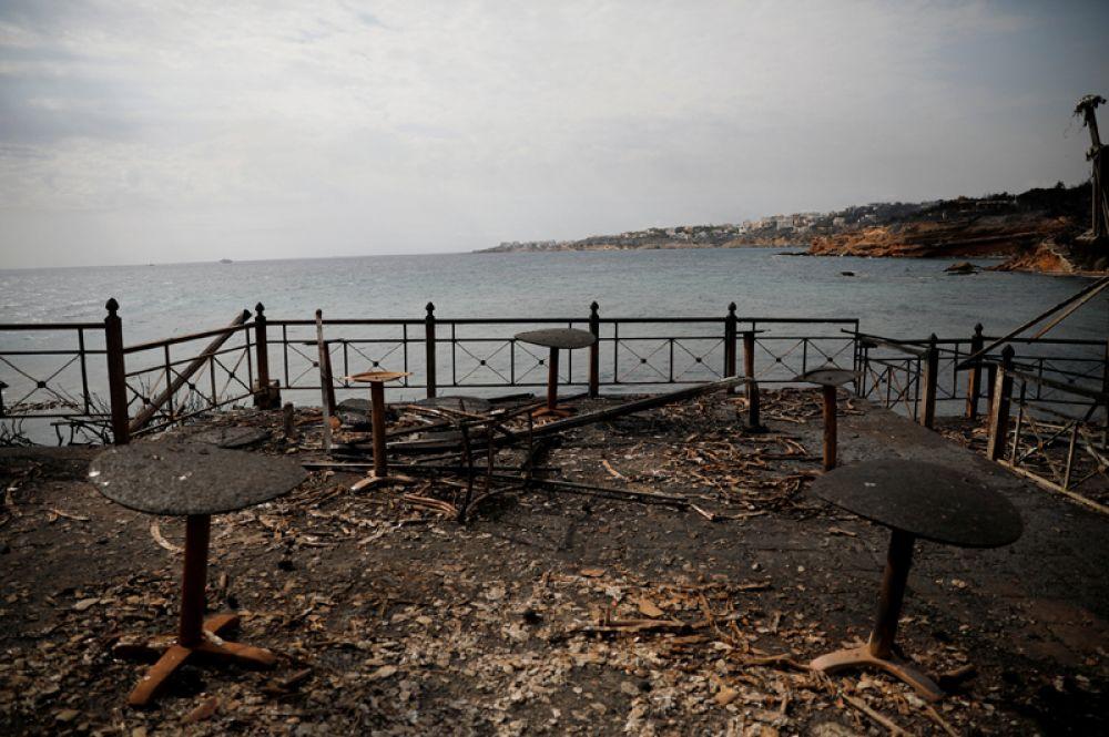 Прибрежное кафе после пожара в деревне Мати.