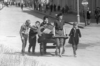 Школьники собирают металлолом. 1969 г.