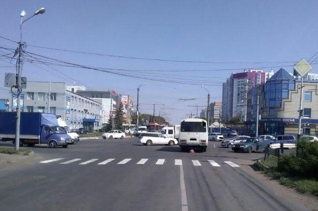 В Оренбурге в массовом ДТП с автобусом пострадал подросток.