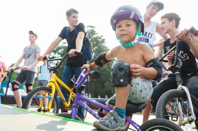 Новую площадку, построенную на средства Русской медной компании,  пришли обкатать спортсмены самых разных возрастов, младшему 4,5 года.