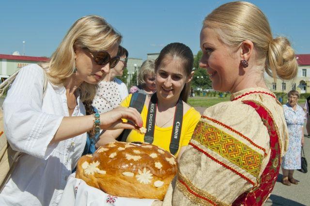 Гостей встречают хлебом и солью.