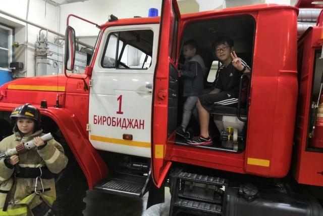 Японцы с интересом рассматривали снаряжение пожарных, примеряли огнезащитные костюмы и каски.