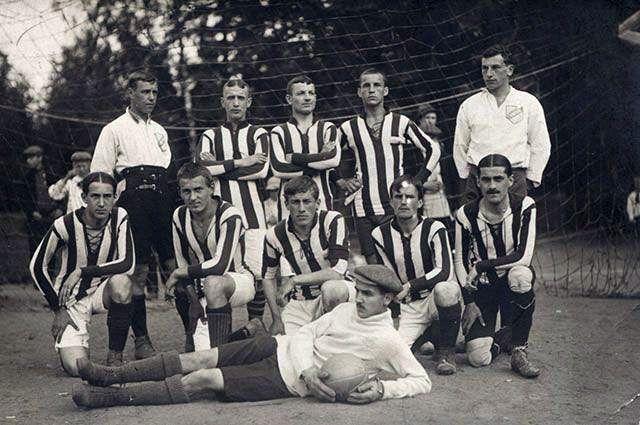 Чемпион Санкт-Петербурга 1912 года «Унитас». В белой форме справа – Петр 9fee7211c57
