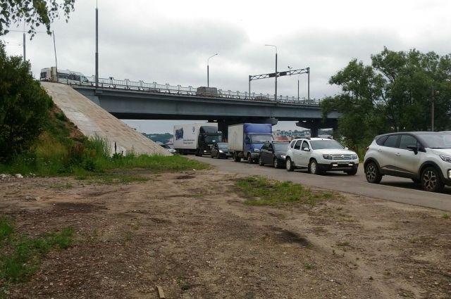 В пробках на подъездах к мосту горожане проводят в среднем по полтора часа.