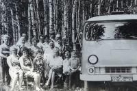 Во времена СССР бывшие жители деревни Кажакуль регулярно приезжали на малую родину - на снимке посиделки на месте деревни в 1981 году.