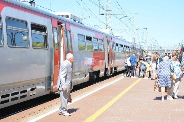 На станции Пермь II тело женщины сняли с поезда. Его осмотрели криминалисты и другие специалисты.