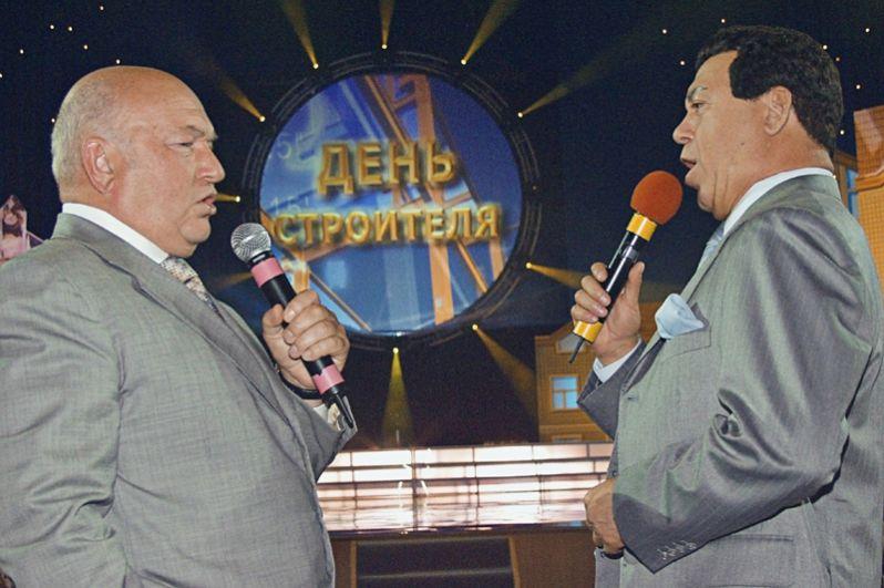 Мэр Москвы Юрий Лужков и певец Иосиф Кобзон выступают с песней-поздравлением строителям на торжественном вечере, посвященном Дню строителя в Москве. 2003 год.