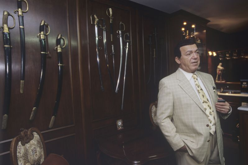 Иосиф Кобзон певец, народный артист СССР, депутат Госдумы РФ показывает свою коллекцию холодного оружия. 2004 год.