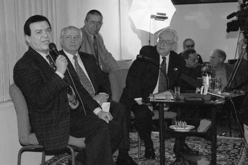 Бывший президент СССР Михаил Горбачев и главный редактор «Общей газеты» Егор Яковлев (слева направо на втором плане) слушают Народного артиста Иосифа Кобзона гостиной редакции. 1993 год.
