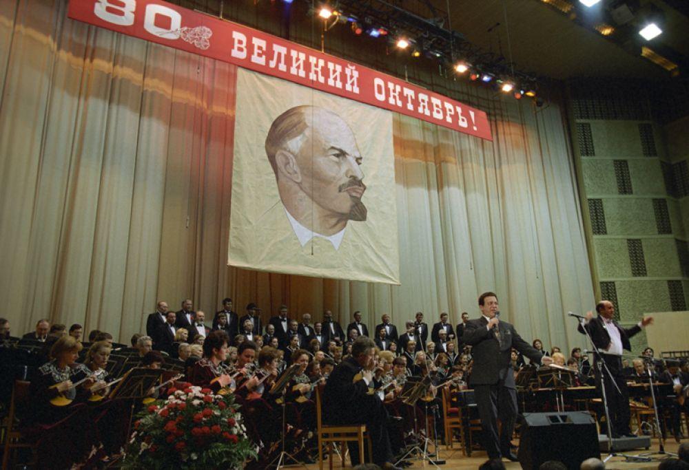 Торжественный вечер, посвященный 80-летию Великой Октябрьской социалистической революции. Выступает народный артист СССР Иосиф Кобзон. 1997 год.