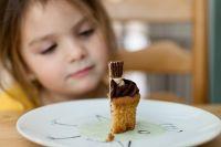 Эксперты считают, что одна из причин детского ожирения - неправильное отношение к вопросу родителей: если проблема существует, то ограничивать в калорийной еде и ребенка с лишним весом, и всю семью - норма.