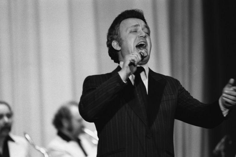 Народный артист РСФСР, советский эстрадный певец (баритон) Иосиф Давыдович Кобзон дает концерт в Кабуле. 1980 год.