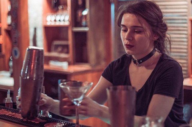Работа барменом девушке работа девушке моделью каспийск