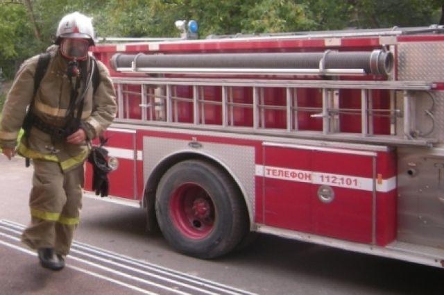 В Ноябрьске сгорел гараж и пострадал автомобиль