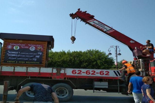 С парковки на тюменской набережной вывезли кофейные ларьки