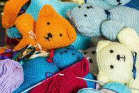 Тюменцы научили воспитанников детдома вязать одежду для кукол