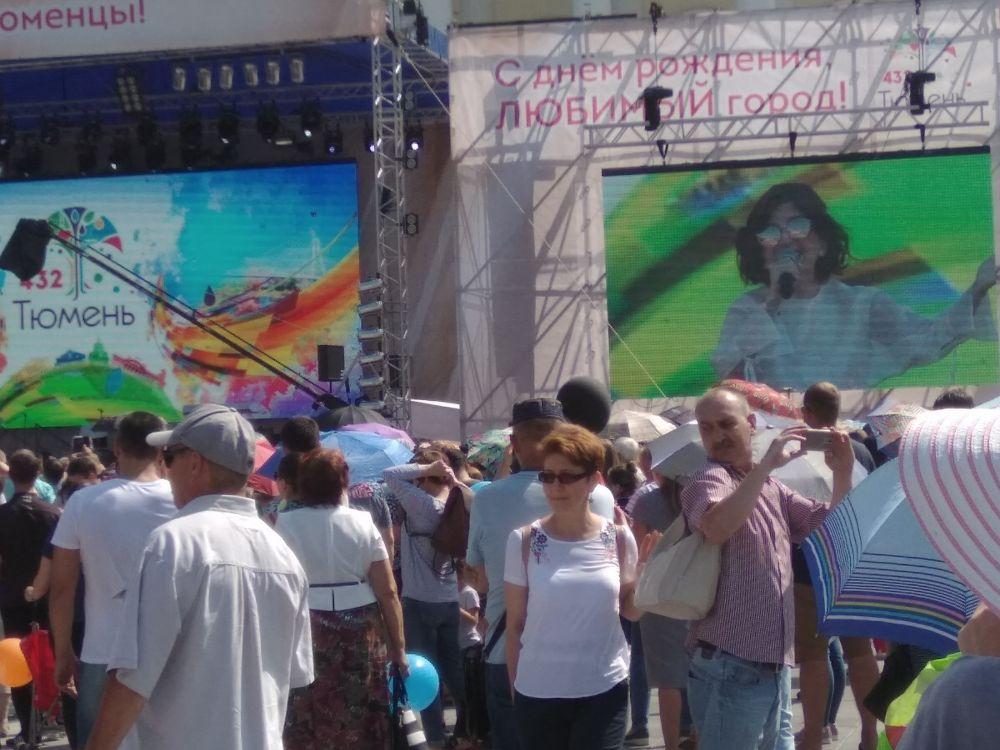 Диана Гурцкая на площади 400-летия Тюмени.