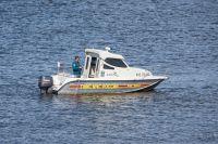 Спасатели городской службы спасения забрали мужчин из пруда и привезли на берег.