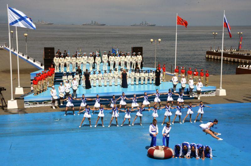 Участники военно-спортивного праздника в честь Дня Военно-Морского Флота во Владивостоке.