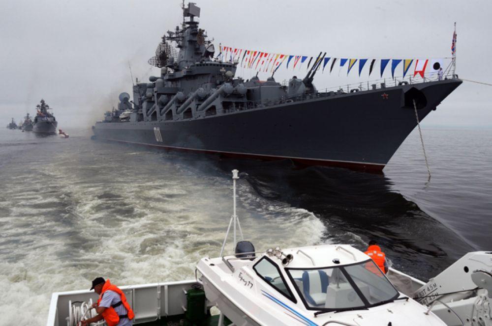 Ордена Нахимова гвардейский ракетный крейсер «Варяг» напраздновании Дня Военно-Морского Флота воВладивостоке.
