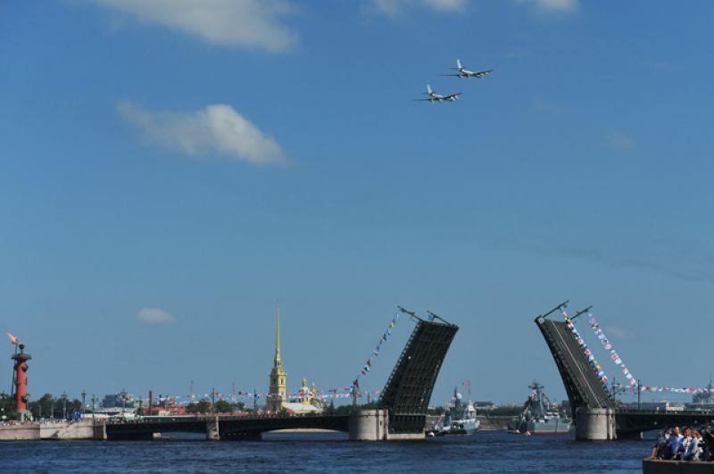 Самолеты Ту-142 и корабли на главном военно-морском параде в Санкт-Петербурге в честь Дня Военно-Морского Флота России.