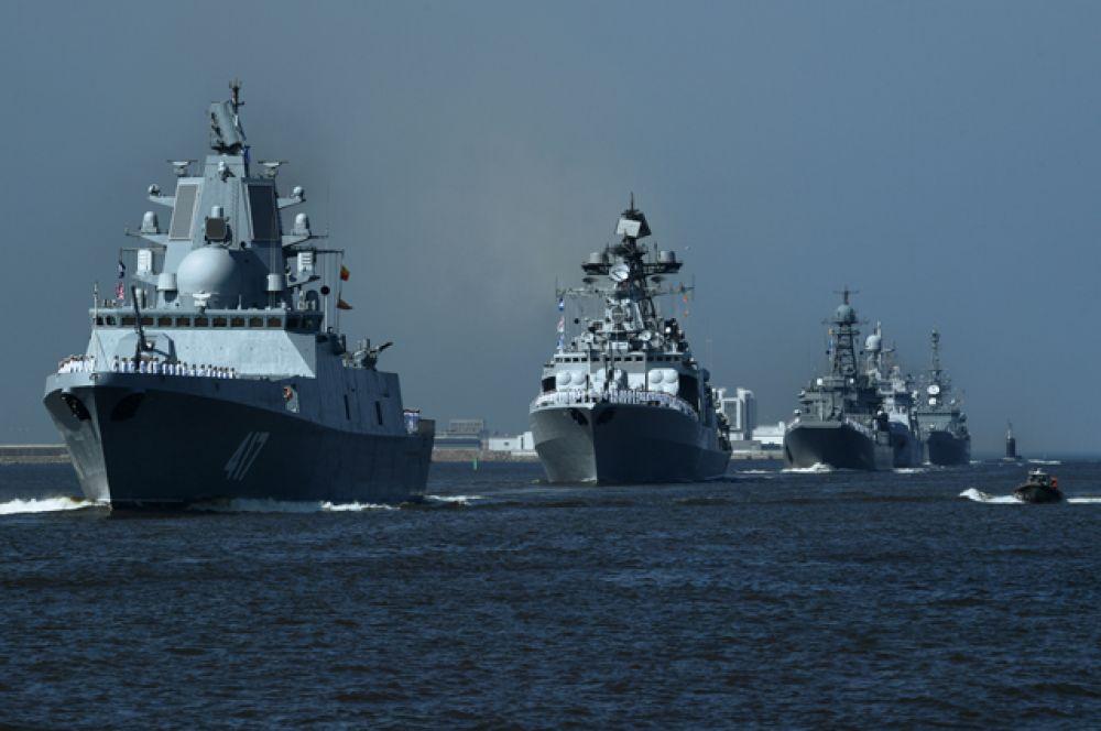 Фрегат проекта22350 «Адмирал флота Советского Союза Горшков» (слева) на главном военно-морском параде в Кронштадте. Ордена Нахимова гвардейский ракетный крейсер «Варяг» напраздновании Дня Военно-Морского Флота воВладивостоке.